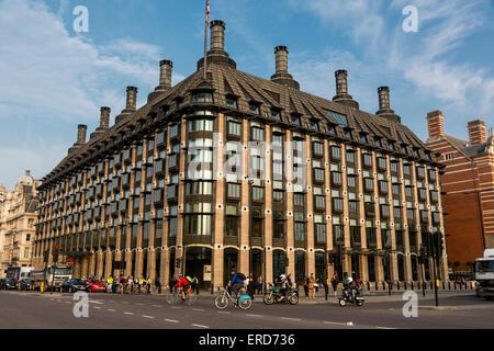 Reino Unido, Inglaterra, Londres. Portcullis House, el Parlamento las oficinas y las salas de comité.