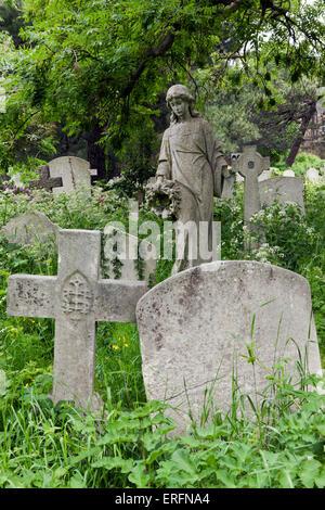 Close-up de las lápidas y monumentos, en el cementerio de Brompton