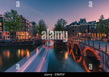 Una noche en el canal Keizersgracht, cerca de Amsterdam, Holanda.