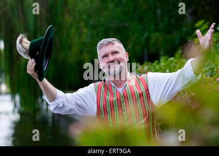 Retrato de un hombre con un sombrero de Baviera al aire libre