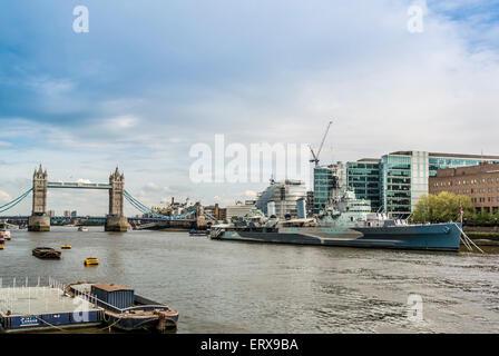 HMS Belfast en el río Támesis, Londres, Reino Unido. Tower Bridge en segundo plano. Foto de stock