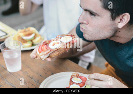 Amigos comer en público asientos al aire libre en el distrito financiero de Nueva York Foto de stock