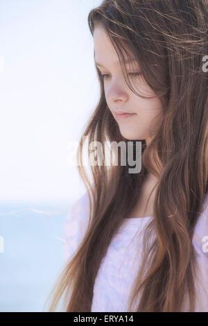 Retrato de una adolescente joven pensativo