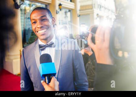 Celebridad entrevistada y fotografiada por fotógrafos paparazzi