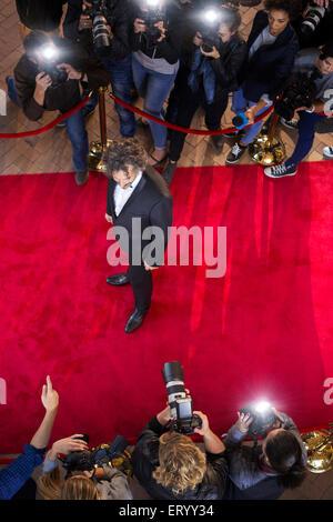 Celebrity fotografiada por paparazzi fotógrafos en evento de alfombra roja