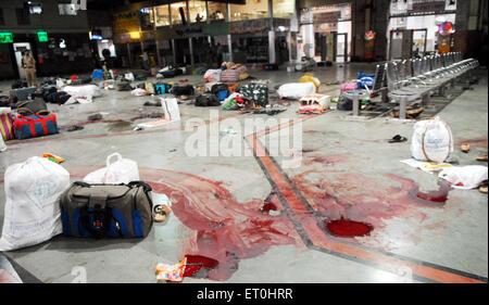 Consigna para equipaje y las manchas de sangre de ataque terrorista por Deccan Muyahidín terroristas en la estación de CST ; Bombay Bombay