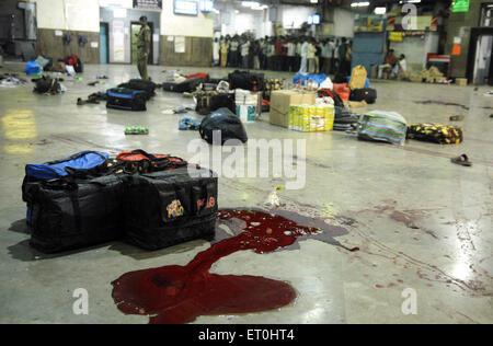 Consigna para equipaje y las manchas de sangre de ataque terrorista por Deccan Muyahidín terroristas en la estación de CST ; Mumbai