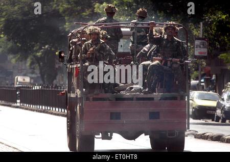 En camiones del ejército indio vinieron a luchar con la Deccan Muyahidín terroristas en Bombay, Maharashtra, India Mumbai ; ; 27 de noviembre de 2008