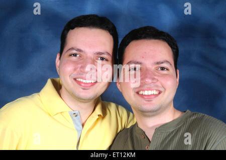 Retrato de gemelos sonriente ; India Sr.#770