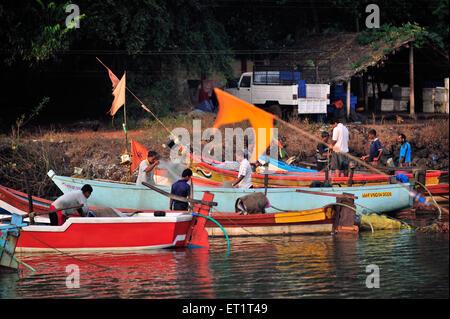 Los pescadores en sindhudurga India Maharashtra India Asia
