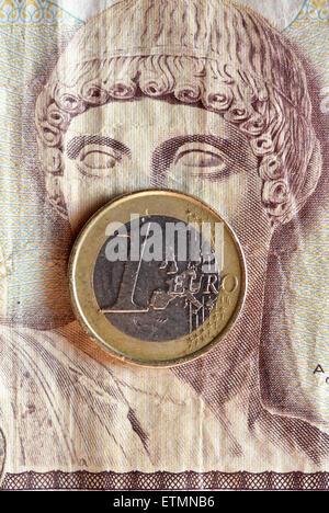 Berlín, Alemania. El 14 de junio de 2015. Ilustración - una moneda euro cubre los ojos del dios griego Apolo en 1000 dracma griego bill en Berlín, Alemania, el 14 de junio de 2015. Foto: Jens Kalaene/dpa/Alamy Live News