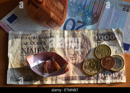 Berlín, Alemania. El 14 de junio de 2015. Ilustración - Las monedas de Euro, euro 1000 cuentas y un dracma griego bill son vistos en Berlín, Alemania, el 14 de junio de 2015. Foto: Jens Kalaene/dpa/Alamy Live News