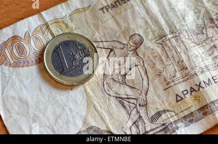 Berlín, Alemania. El 14 de junio de 2015. Ilustración - una moneda de Euro 1000 se coloca en un dracma griego bill en Berlín, Alemania, el 14 de junio de 2015. Foto: Jens Kalaene/dpa/Alamy Live News