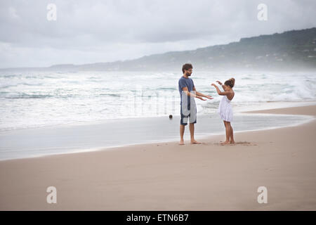 Padre e hija, jugando en la playa, Barbados