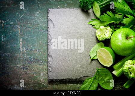Verduras verdes frescas en vintage de fondo - detox, dieta o concepto de comida saludable