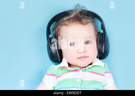 Cute little baby con enormes auriculares