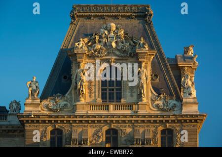Por la noche la luz solar de detalles arquitectónicos en el Musée du Louvre, Paris, Francia