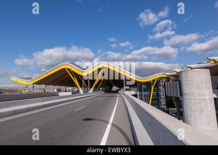 Llegando a Adolfo Suárez Madrid-Barajas aeropuerto terminal T4, diseñado por los arquitectos Antonio Lamela y Richard Rogers