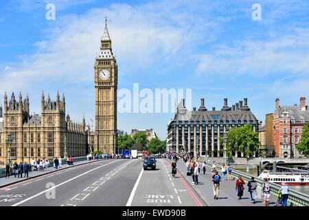El puente de Westminster y el Big Ben torre del reloj Casas del Parlamento incluyendo dark Portcullis House Londres England Reino Unido