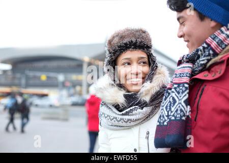 Par de hablar mientras camina en la ciudad durante el invierno
