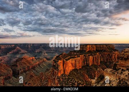 Crepúsculo Civil sobre Wotans trono desde Cabo Real a lo largo del borde norte de Arizona Grand Canyon National Park.