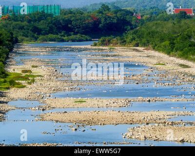 Nong Bua, Lopburi, Tailandia. El 1 de julio de 2015. El principal canal de riego que sale Pa Sak Dam es seco. Normalmente es completamente llena en esta época del año. Tailandia Central está compitiendo con la sequía. Según una estimación, aproximadamente el 80 por ciento de las tierras agrícolas de Tailandia está en condiciones similares a las de la sequía y los agricultores han dicho que dejan de sembrar nuevas siembras de arroz, el principal cultivo comercial del área. Agua en los embalses están por debajo del 10 por ciento de su capacidad, un registro bajo. En algunos depósitos de agua es tan baja, el agua ya no fluye a través de las gradas y en su lugar tiene que ser bombeado fuera del depósito A