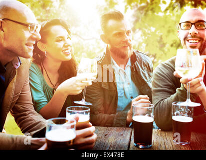 Diversa gente amigos colgando fuera bebiendo concepto