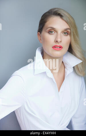 Retrato de mujer joven con la camisa blanca Foto de stock