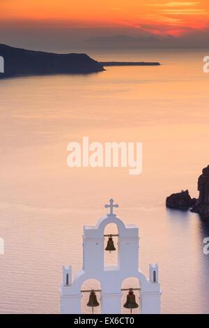 Aghioi Theodoroi iglesia en Firostefani en Santorini, una de las islas Cícladas en el Mar Egeo, en Grecia.