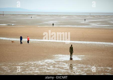 Otro lugar es una pieza de escultura moderna por Antony Gormley. Consta de 100 sculptu de hierro fundido Foto de stock