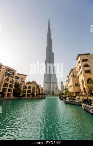 Ver en Burj Khalifa en Dubai. Este rascacielos es la estructura hecha por el hombre más alto jamás construido, a Foto de stock