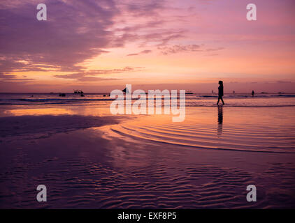 Siluetas de mujer joven en la playa al atardecer, isla de Boracay, Visayas, Filipinas Foto de stock