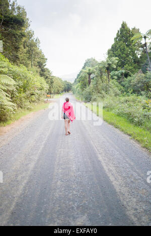 Mujer andando en carretera recta