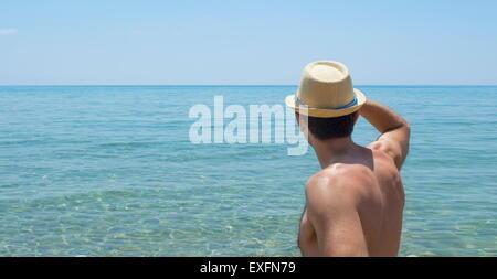Joven mirar el horizonte llevar sombrero de paja