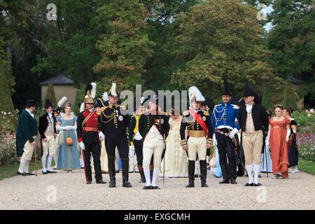 Napoleón Bonaparte posando con sus oficiales a la entrada de su residencia privada en Malmaison, Francia Foto de stock