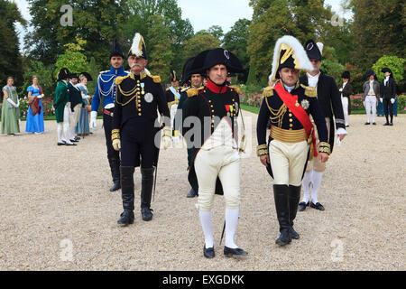 Napoleón Bonaparte caminando con sus oficiales en su residencia privada en Malmaison, Francia Foto de stock
