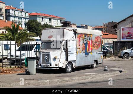 Ajaccio, Francia - 30 de junio de 2015: blanco antiguo Citroën H Van, camión ligero convierten a remolque catering con coloridos gr publicidad