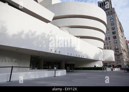 Nueva York - Mayo 27, 2015: el Solomon R. Guggenheim Museum, a menudo referido como el Guggenheim, es un museo de arte situado en 1071.