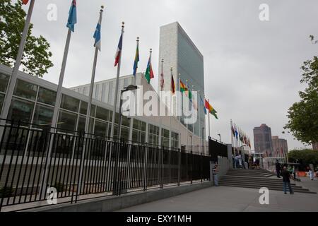 Nueva York - Mayo 27, 2015: La Sede de las Naciones Unidas es un complejo en la Ciudad de Nueva York. El complejo ha servido como off