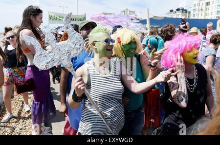 Brighton Reino Unido Sábado 18 de julio de 2015 - Cientos de personas participan en el Desfile de las Sirenas desfilan Brighton Seafront que recauda dinero para la Alianza Mundial de Cetáceos