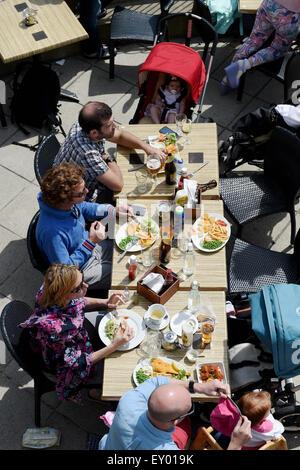 Brighton Reino Unido Sábado 18 de julio de 2015 - los visitantes disfrutar de pescado y patatas fritas en uno de los bares y cafés de Brighton Seafront esta tarde cuando se disfruta del buen tiempo