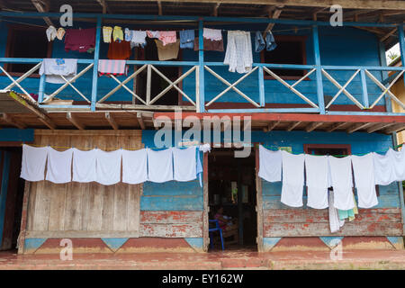 Colgar la ropa para secar fuera una tradicional casa de madera en el Castillo, Nicaragua