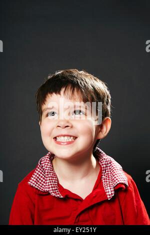 Retrato de joven, sonriente, mirando lejos