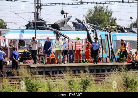 Studenka, Moravia, República Checa . El 22 de julio de 2015. Dos muertos, 17 inujred en el accidente de tren de alta velocidad y camión en la República Checa. El accidente ocurrido en la localidad de Studenka, a unos 350 km al este de Praga. El camionero polaco sobrevivió por milagro. El remolque del camión, fue totalmente destrozado salvo la cabina. El conductor del tren que pasaba a 100 Km/h, probablemente ambas piernas sueltos. Crédito: Profimedia.cz.s./Alamy Live News