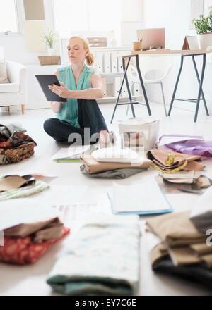 Diseñador de moda trabajan en studio