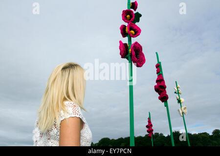 Tatton Park, Knutsford, Cheshire, Reino Unido. 23 de julio de 2015. Ashleigh Edwards, de 24 años de edad, de Southport, mirando los pétalos de flores tejidas de ganchillo gigante en la primera jornada del XVII Tatton Park anual Flower Show celebrado en Knutsford, Cheshire. Crédito: Cernan Elias/Alamy Live News