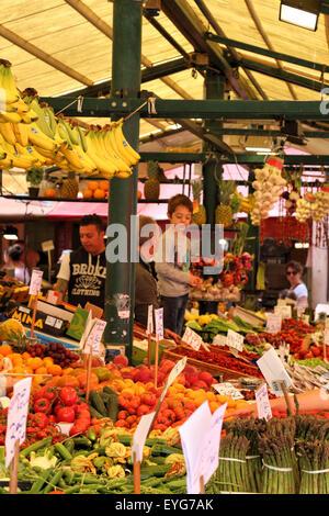 Mercado de fruta de Rialto de Venecia, Italia