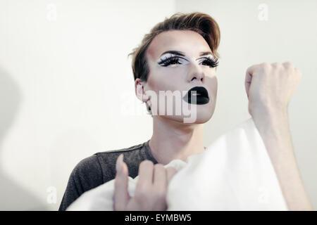 Drag Queen macho posando para pin-up style glamour retrato en casa.