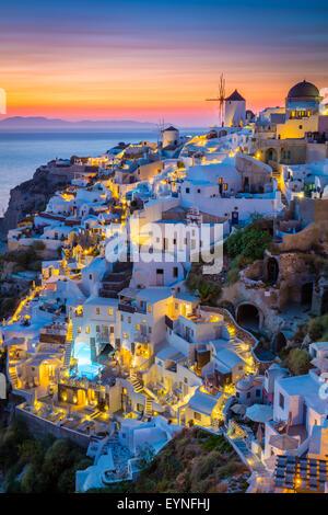 Sunset icónica en la localidad de Oia, en la isla griega de Santorini (Thera). Foto de stock