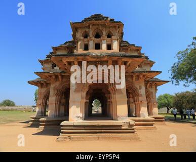 Vintage retro efecto estilo HIPSTER filtrada imagen viajes de Lotus Mahal Palace ruinas. Royal Centre. Hampi, Karnataka, India